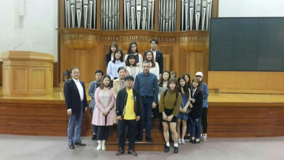 Les étudiants de l'université Keimyung de Daegu, Willy Ippolito et leur professeur