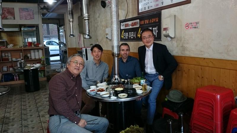 Repas en partant de la doite Su-one Park tout à droite, mon assistant plein d'attention Junseok Antoni Park, moi et Gabriel Inhyung Cho