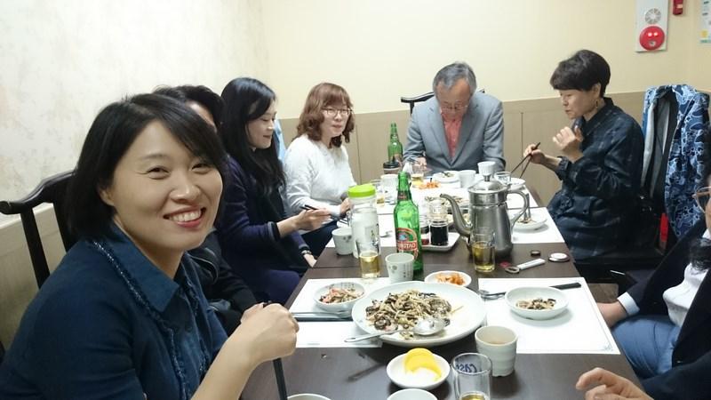 Repas mérité avec les étudiants de l'université Seongkonghoe de séoul