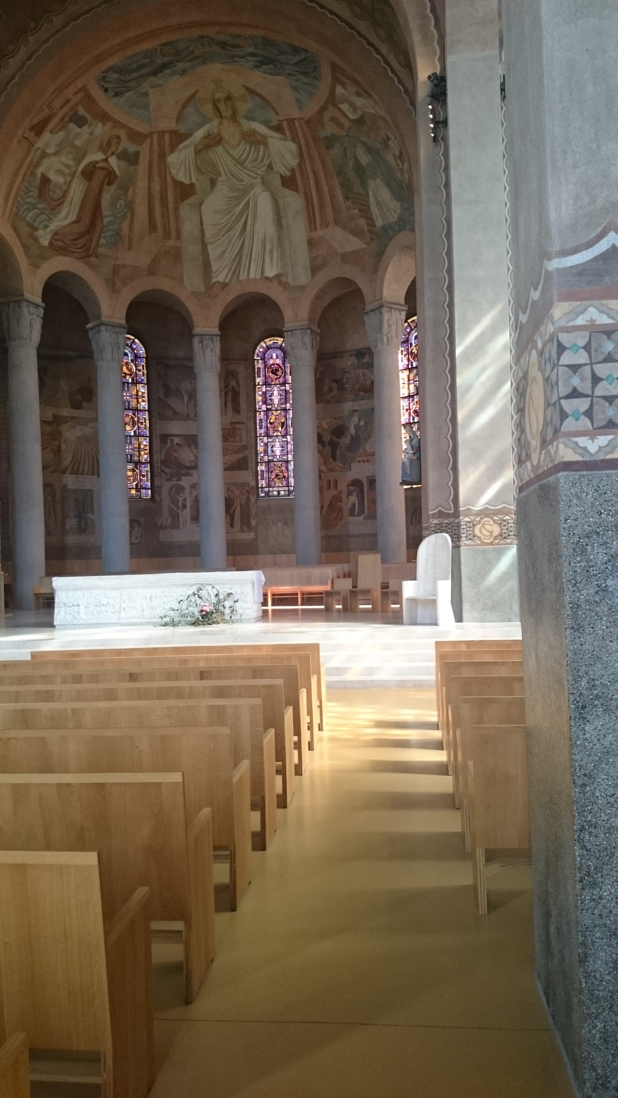Intérieur de la cathédrale de Nanterre