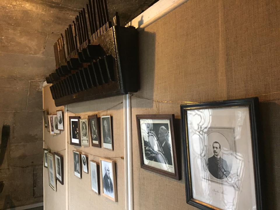 A la tribune de l'orgue: Pédalier à la française et portraits des organistes titulaires de l'orgue de l'église de Saint Gervais à Paris